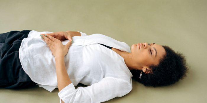 Mujer energetizando su tercer chakra